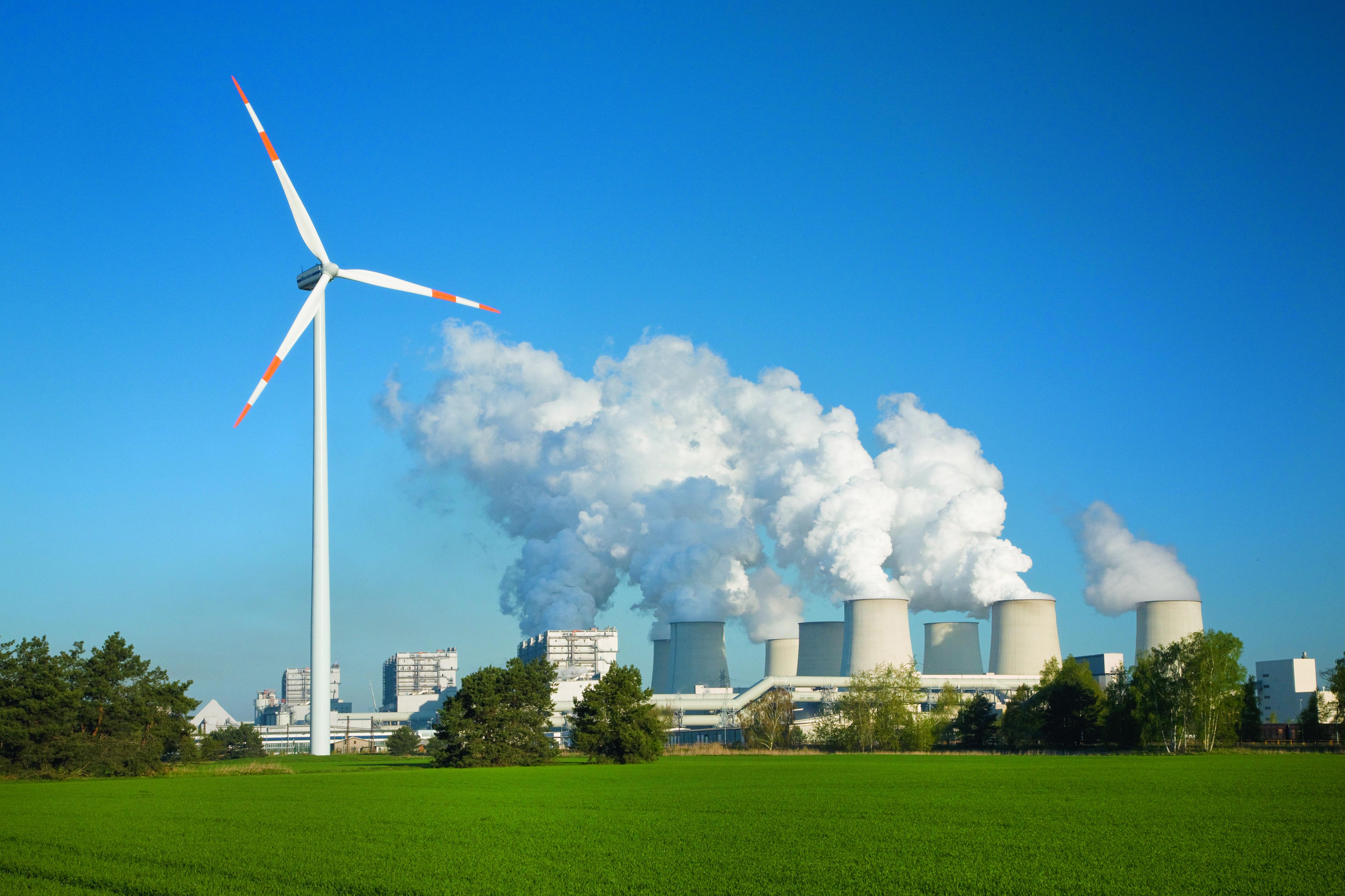 DEU/Brandenburg/Peitz  (Copyright © Rainer Weisflog +49171/6254657) Das Energieunternehmen Vattenfall Europe will zunehmend erneuerbare Energietraeger anwenden. Vor allem beim Ausbau von Windenergie und Biomasse will sich Vattenfall mehr engagieren. So entstand in der Naehe vom Kraftwerk Jaenschwalde u.a. ein Testfeld fuer Windkraftanlagen.  Mehrere Windraeder mit einer maximalen Leistung von 2,5 MW wurden bereits am Rand des Tagebaus Cottbus-Nord und auf Kippengelaende des Tagebaus Jaenschwalde aufgebaut. Weitere Standorte fuer Windenergieanlagen, vor allem fuer Offshore-Windkraftanlagen, werden gesucht. Die Windkraftanlagen haben eine Hoehe von 110 Metern, der Rotor einen Durchmesser von mehr als 90 Metern. Das aus den 80er Jahren stammende 3000 MW Braunkohlenkraftwerk Jaenschwalde (SPN) gehoert zum Energiekonzern Vattenfall und wurde 1992 bis 1995 mit einer Entschweflungsanlage und weiterer Umwelttechnik modernisiert. Nach Aussagen des Energiekonzerns sind seit 1990 die Ostdeutschen Braunkohlekraftwerke durch Stilllegung, Modernisierung und Neubau mit fast 30 Prozent an der CO2 Reduktion in Deutschland beteiligt. Bis 2050 hat sich Vattenfall hat sich das Ziel gesetzt  bei der Stromerzeugung CO2-neutral zu produzieren.  Allein das Kraftwerk Jaenschalde emittiert rund 25 Mio Tonnen CO2 im Jahr. (CREDIT/Copyright (c): Rainer Weisflog /Contakt: E-Mail: Foto@Weisflog.net ; Tel. +490355/824499; Weitere Infos auf: www.rainer-weisflog.de)
